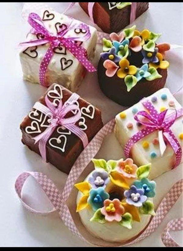 Căutând ceva romantic [eventual romantic] Beautiful-Mini-Cakes-by-Coral-Robles