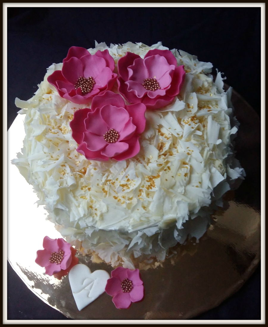 Cake decorated with white cholate and fondant flowers amazing cake cake decorated with white cholate and fondant flowers mightylinksfo